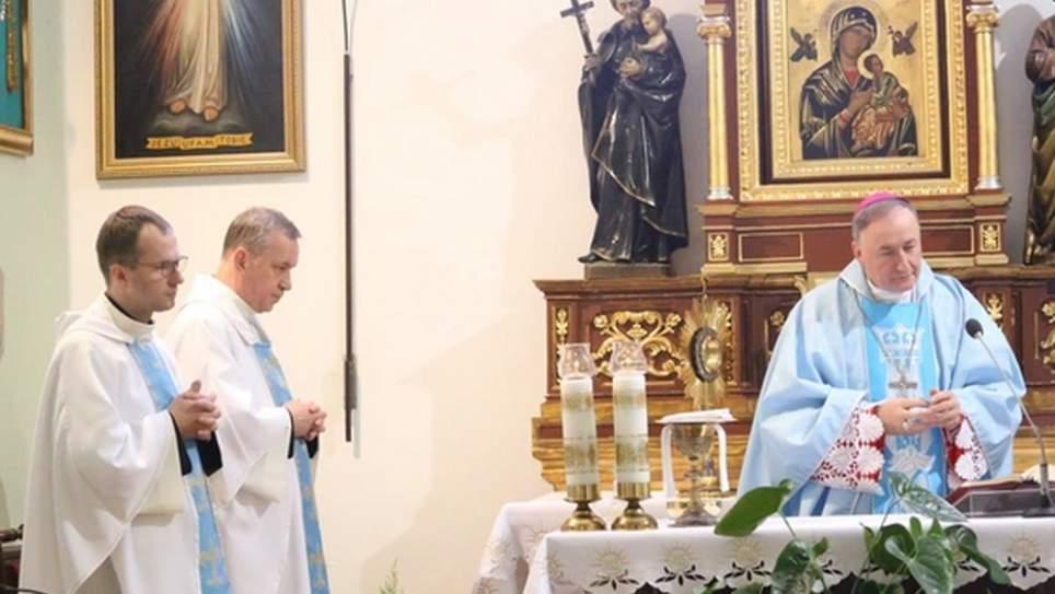 Bp Andrzej Jeż modlił się z chorymi